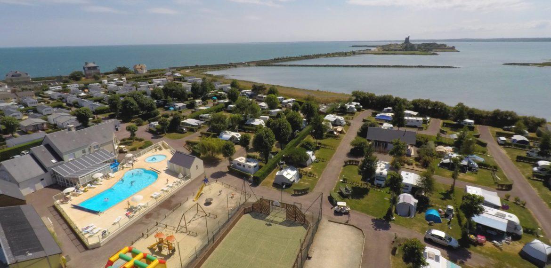 The Camping site La Gallouette - Camping la Gallouette Cotentin (Manche 50) Vue aérienne du camping avec piscine proche Fort Vauban