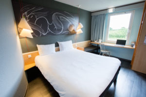 chambres doubles modernes bleu gris de l'hôtel Ibis Cherbourg-en-Cotentin - Sélection Cotentin Tourisme