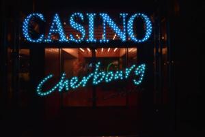Casino de Cherbourg de nuit @casinodecherbourg - Cotentin Tourisme