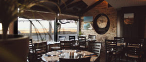 Restaurant A l'Abri des Flots - salle restaurant face port becquet cotentin tourisme Normandie