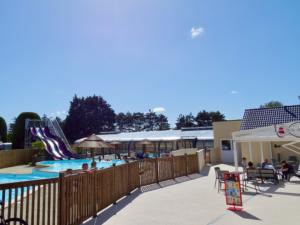 camping avec espace aquatique et piscine extérieure et toboggans et piscine couverte et chauffée en Normandie Cotentin Denneville proche Barneville Carteret