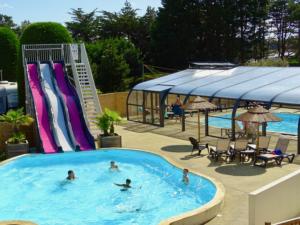 espace aquatique avec toboggan piscine couverte chauffée pataugeoire camping esperance denneville cote des isles normandie