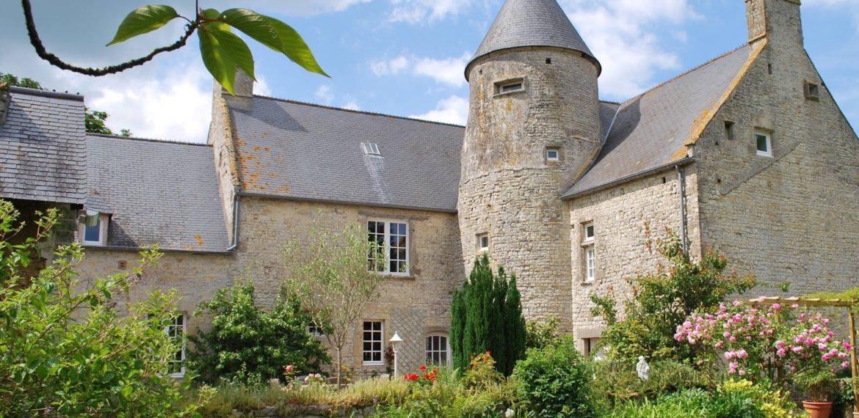 Juganville Manor House - exterieur jardin fleuri manoir de juganville – chambre d'hote normandie cotentin-min