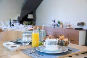 intérieur - table petit dejeuner - manoir de juganville - chambre d'hote normandie cotentin