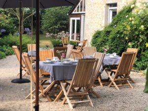 jardin - tables extérieur petit dejeuner - manoir de juganville - chambre d'hote normandie cotentin