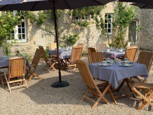 jardin - tables petit dejeuner extérieur - manoir de juganville - chambre d'hote normandie cotentin
