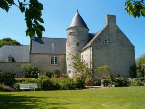 manoir de juganville - chambre d'hote normandie cotentin - facade avec jardin fleuri-min