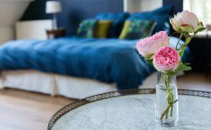 manoir de juganville - chambre d'hote normandie cotentin - fleur dans chambre