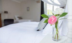 manoir de juganville - chambre d'hote normandie cotentin - fleur rose dans chambre